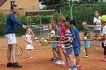 Malí mýtští tenisté obklopili Štěpánka.