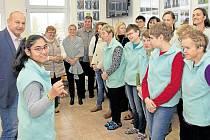 Před sbor Kytičky předstoupila v komorním prostředí jako dirigentka jedna z děvčat. Zněly koledy. Nakonec přátelé z Kooperativy podpořili děvčata svými hlasy a společně si všichni zazpívali.