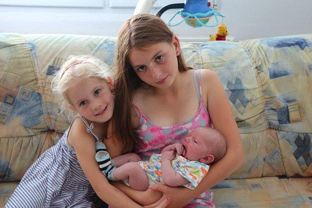 RADEK KROC z Rokycan přišel na svět ve Fakultní nemocnici v Plzni 5. července v 19:38 hodin. Manželé Radek a Petra věděli dopředu, že se mohou těšit na chlapečka. Kočárek bude vozit šestiletá Nina a čtrnáctiletá Terezka. Míry 3870 gramů a 49 centimetrů.