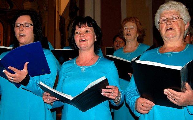Cantate v kostele. Součástí divadelní přehlídky v Radnicích bylo sobotní vystoupení smíšeného sboru Cantate z Rokycan.