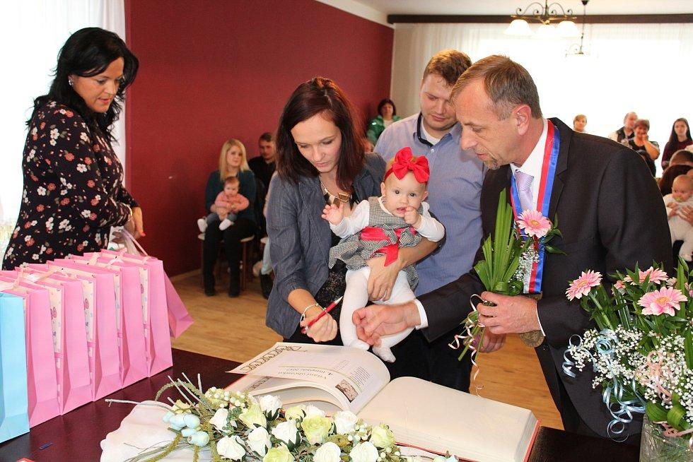 EMA RAMBOUSKÁ byla v sobotu jedním z osmi miminek, která v obřadní síni úřadu vítal místostarosta obce Pavel Šnajdr za asistence Martiny Čaplové.