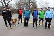 ONDŘEJ WEIS (vpravo) je nejen rokycanským radním, ale také vyznavačem zdravého životního stylu. V sobotu vedl konvoj padesáti běžců Husovými sady při pokračování projektu Škoda fit. Trať zvládl i chundelatý pes.