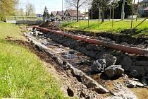 Práce na úpravách koryta Rakovského potoka