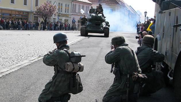 Sobotní oslavy 65 let od konce II. světové války začínaly v Rokycanech rekonstrukcí  jedné ze závěrečných bitev. Pochopitelně v dobových uniformách a s odpovídající technikou.