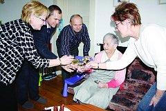S potěšením vítala Jarmila Zajícová z Rokycan gratulanty. Ke 101. narozeninám jí blahopřál i starosta města Vladimír  Šmolík a jeho zástupkyně Marie Hlávková.