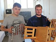 MAREK VANÍK (vpravo) vyhrál místní kolo soutěže Řemeslo má zlaté dno v rokycanské Střední škole Jeřabinová se dvěma židličkami. Vedle něho je se stojánkem na vánoční stromek bronzový Miroslav Krejčíř.