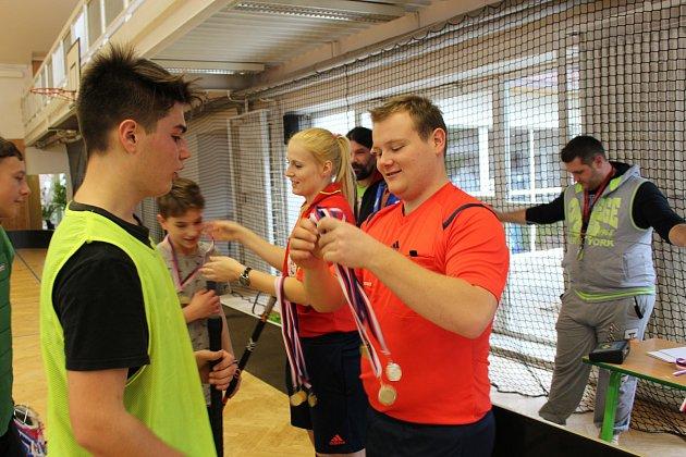 ROZHODČÍ Nikola Staňková a Jan Barna se ujali dekorování včerejších vítězů florbalového turnaje devítiletek okresu. Zvítězili kluci ze Zbiroha.