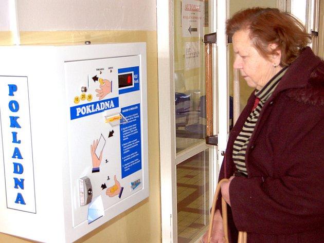 V Rokycanské nemocnici, a.s., zřídili pro vydávání kupónů na uhrazení regulačních poplatků automat. Pro ty pacienty, kteří s novinkou nepočítali a nemají u sebe drobné, nainstalovali také měničku bankovek.