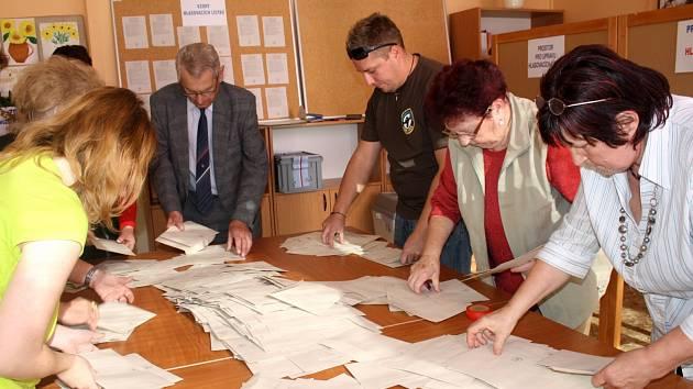 Sčítání hlasů v Rokycanech.