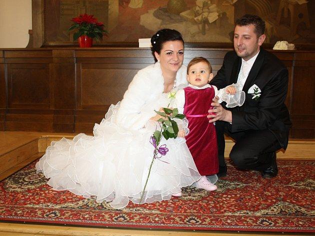 JEDNÍM Z PRVNÍCH gratulantů novomanželům Šilpochovým se včera v rokycanské obřadní síni stala jejich přesně rok stará dcera Adina.