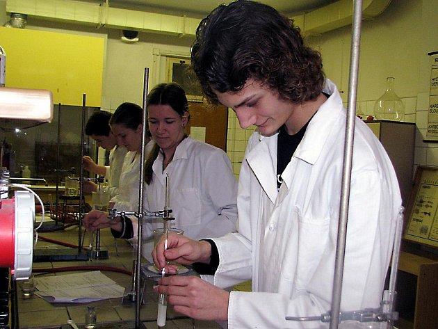 Osmnáct mladých chemiků z pěti základních škol a souměřitelných ročníků gymnázia se ve středu utkalo v rámci okresní olympiády.
