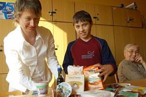 Při minulé schůzce Celia klubu instalovala Jana Sovadinová (vlevo) minivýstavku bezlepkových ingrediencí. Asistovali jí František Brabec a Jarmila Brothánková.