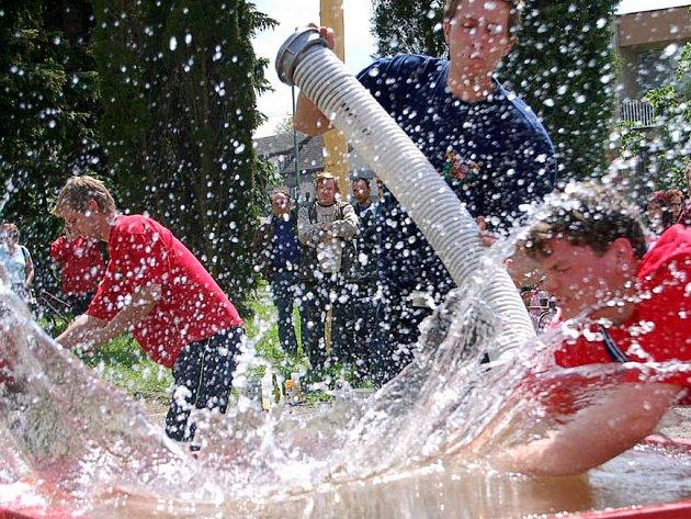 Atraktivní podívanou přinesla sobotní okrsková  soutěž ve Volduchách. Domácí  (na snímku) se utkali se sousedy z Oseku.