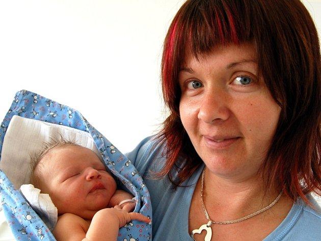 Dominik Špaček z Kožlan je kluk jako buk. Při narození 4. dubna měřil 54 cm a vážil 4700 gramů. Pro maminku Janu a manžela Petra (byl na sále) zůstalo pohlaví druhého potomka překvapením až do porodu. Doma se na brášku těšila osmiletá Barborka.