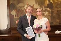 Rokycanská matrikářka Naďa Šilhavá předala v pátek v obřadní síni radnice prstýnky nevěstě Monice Lukešové a ženichovi Jiřímu Rázkovi.