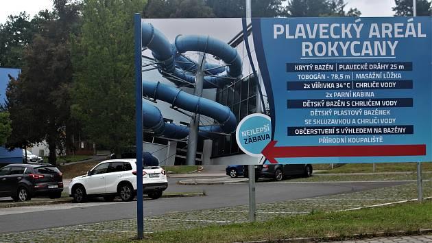 Parkoviště před rokycanském plaveckým areálem není pro jeho návštěvníky zdarma. Sazba pěti korun za hodinové stání se většině z nich nezamlouvá.