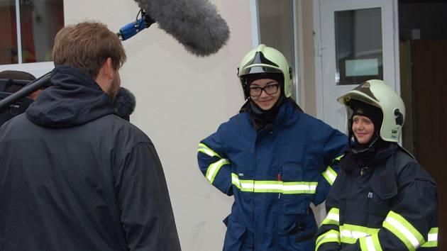 Včera natáčel nový televizní kanál na základně hasičů v Rokycanech.