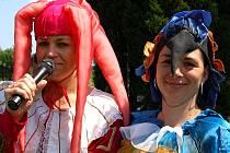 Pořadatelky. Stylově malé účastníky přivítaly Martina Čaplová se Simonou Šindelářovou (zleva).