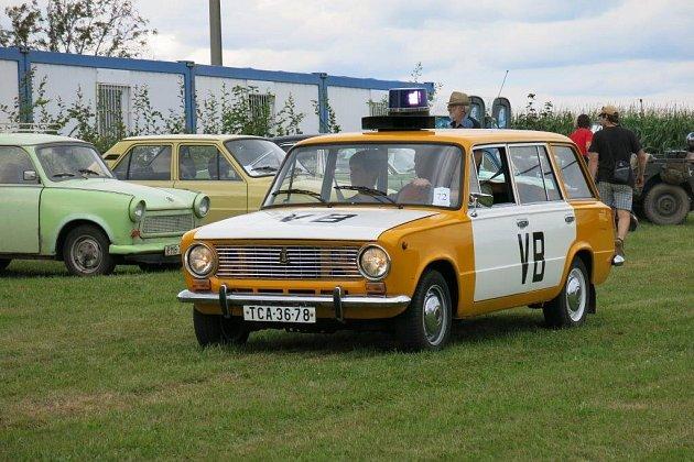 HŘIŠTĚ V NĚMČOVICÍCH bylo cílem pro posádky automobilů i motocyklů, které vyrazily ze Strašic na retro jízdu po silnicích Plzeňského i Středočeského kraje.