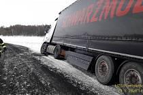 Kamion se položil na krajnici u Kařezu