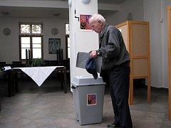 Mezi první voliče, kteří ještě před 14. hodinou čekali před volební místností, patřil i Ladislav Šíma.