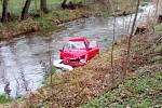 Osobní auto po střetu s kamionem skončilo v potoce