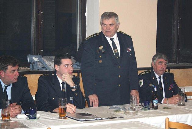 Úderem osmnácté hodiny se sešli v Příkosicích zástupci hasičských sborů okrsku číslo tři. Miroslav Frost (stojící) všechny přítomné pochválil za spolupráci.