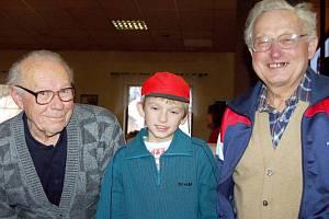 Nejstaršími účastníky silvestrovské cyklojízdy byli František Pelikán (vlevo) a Jiří Fryč. Mezi nimi je nejmladší jezdec Lukáš Kouřil.