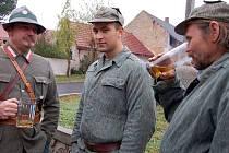 Úterní recesistická a zároveń důstojná akce všenické armády se náramně povedla. Jan Pražák (vlevo) si v uniformě československých legií s přáteli přiťukl na profesionální práci k 90. výroční vzniku samostatné republiky.