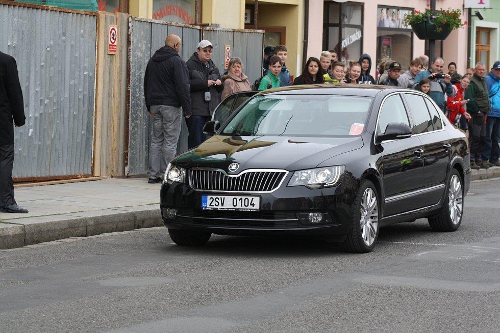Vládní vozidla přijíždějí do Rokycan.