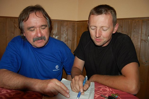 Při VII. ročníku soutěže v Kamenném Újezdě sčítali výsledky Jiří Hlad a Petr Šťáhlavský.