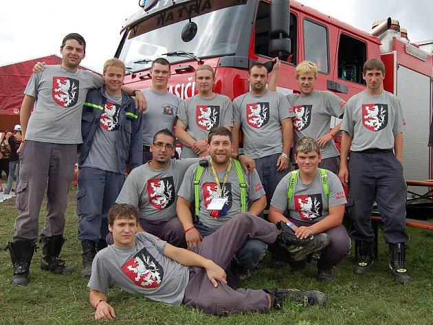 Dobrovolní hasiči z Mirošova zabezpečili Rokycany fest po požární stránce. Vyrazili na letiště s technikou a oblékli si stejná trička se znakem města.