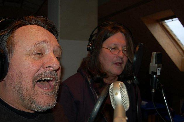 Titulní píseň  na novém hudebním albu Jaroslava Samsona Lenka  nazpíval společně s ním Ivan Hlas.