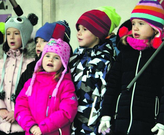 Přáníčka Ježíškovi odesílaly v pátečním odpoledni z centra Rokycan desítky kluků i děvčátek z mateřských škol.