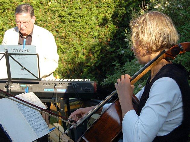 Vážnou hudbou začínala oslava v Harmonii.