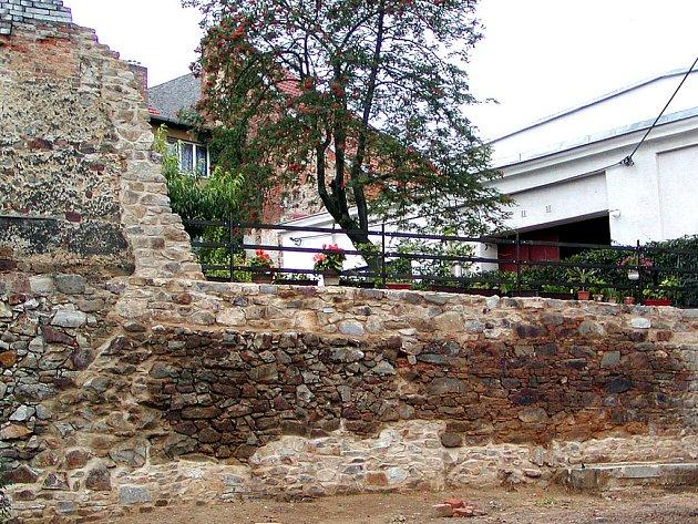 Z rozervaných hradeb zůstala jen část, opírající pozemek nad ní.