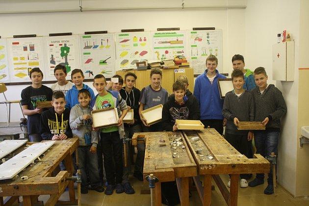 V RÁMCI podpory technických dovedností se žáci ze zbirožské školy pustili do výroby dřevěných nosítek na pomůcky. Devítiletka se totiž přihlásila do výzvy ministerstva a tohle je první akce.