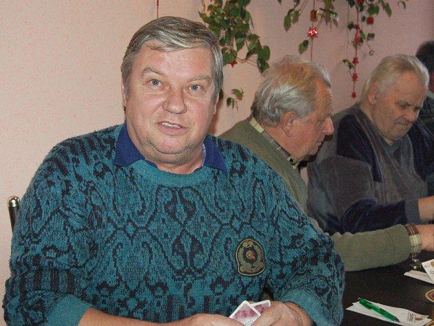 Přes padesát mariášníků zamířilo v sobotu do dobřívské Hamrovky. Václav Beran (vlevo) z Holoubkova tu obsadil desátou příčku.