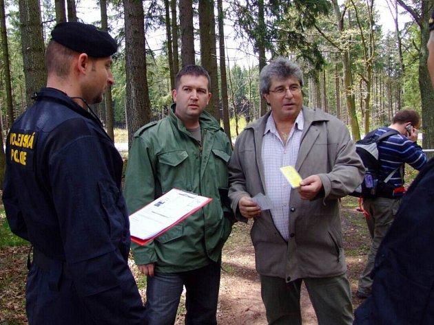 V SOBOTU NA KÓTĚ 718, Zleva mluvčí vojenské policie kapitán Jan Čermák, uprostřed poslanec Jan Hamáček a vpravo poslanec a starosta Příbrami Josef  Řihák.