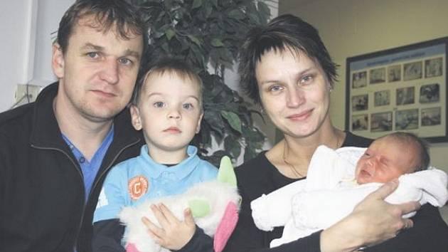 Jolana FIALOVÁ z Červeného Hrádku se na sále rokycanské porodnice narodila 9. listopadu v 6 hodin a 17 minut ráno.  Malá Jolanka vážila 3050 gramů a měřila 49 cm. Tatínek byl u porodu pomáhat.