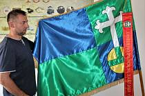 Místostarosta Martin Dobrý prezentoval nové obecní symboly.