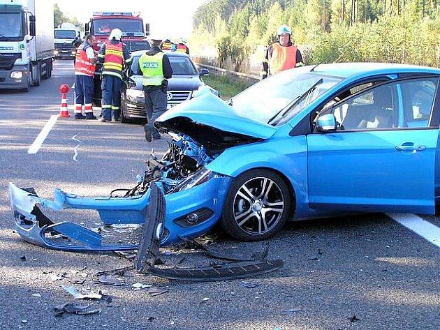 Hrozivě vypadající nehoda, která zablokovala část dálnice D5, se naštěstí obešla bez vážných zranění. Čtyři osoby byly převezeny s lehkým zraněním.