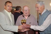 Miloslav Dvořák z Plzně (uprostřed) vyhrál 15. ročník turnaje zrakově postižených šachistů v Rokycanech. Pohár mu předávali starosta města Vladimír Šmolík (vlevo) a organizátor Lubomír Pohořelý.