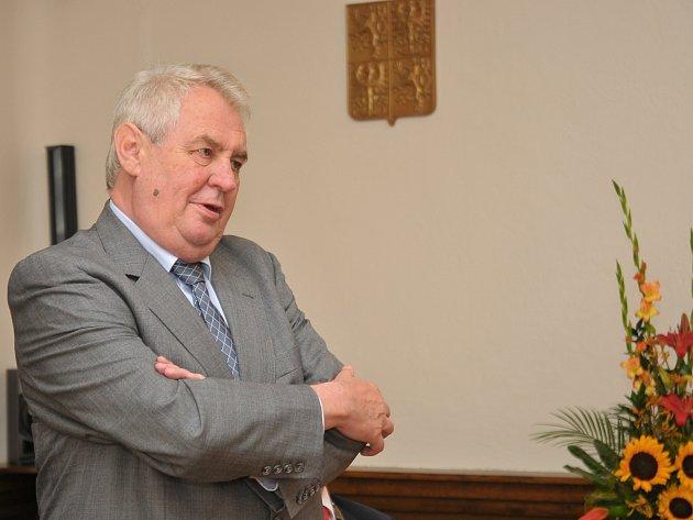 Prezident Miloš Zeman při svém projevu v obřadní síni.