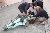 Otevírání schránky z věže radnice v Rokycanech