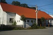 Přívětické pohostinství dostalo letos novou střechu a obec pamatovala i na vytvoření venkovního posezení pro letní dny.