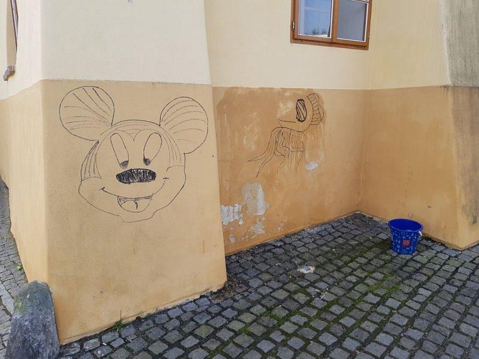 Řádění malého malíře zničilo fasádu opraveného domu