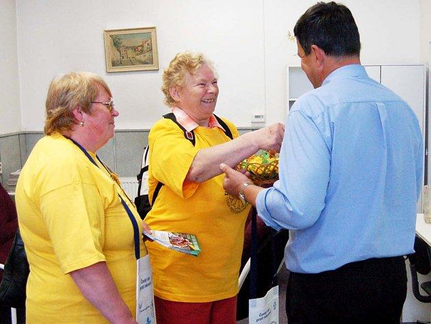 V ulicích okresního města i institucích nabízeli ve středu členky Onko klubu – Helena Moudrá a Marie Malíková (na snímku) – žluté kvítky. Výtěžek je určen na prevenci a léčbu rakoviny.
