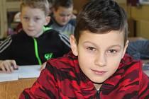 MATYÁŠ JEDLIČKA (vpředu) z devítiletky TGM v Rokycanech skončil uprostřed osmadvacetičlenného startovního pole při okresní olympiádě v matematice.
