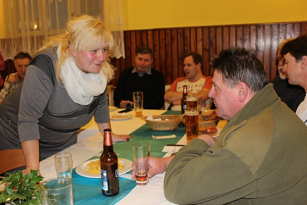 NA TERITORIU starostky Kamenného Újezdu Jarmily Vaňourkové se v pátek večer konala neformální schůzka představitelů dvaceti měst a obcí okresu. Hostitelka právě diskutuje s Miloslavem Suchým ze Skořic.